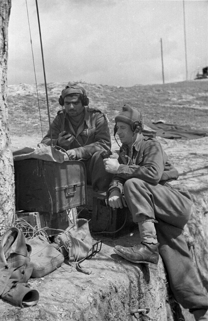Гражданская война в Греции. 22 мая 1948 года. Два греческих солдата пытаются по радио выйти на связь со своей частью.